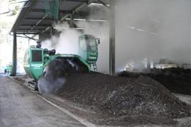 堆肥に空気を入れることで好気性発酵 を促します